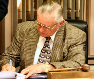 Lower Pottsgrove Commissioners' Chairman signed a franchise agreement Monday with Verizon Corp.